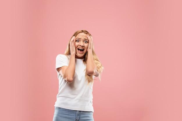 Retrato de la mujer asustada en rosa