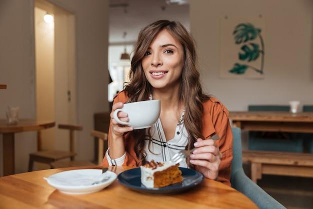 Retrato de una mujer atractiva comiendo
