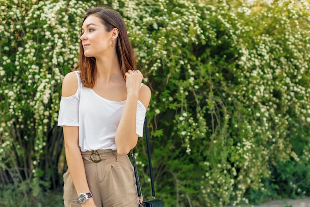 Retrato de una mujer atractiva joven en una calle en un día soleado
