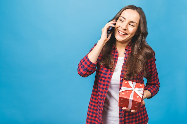 Retrato de mujer atractiva sonriente en caja de regalo de celebración casual