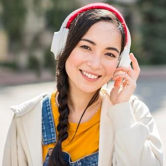 Retrato mujer con auriculares