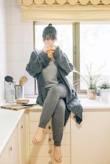Retrato de una mujer bebiendo jugo