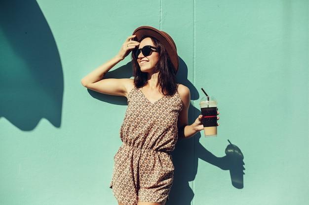 Retrato de mujer de belleza en la calle, retrato al aire libre, modelo de moda