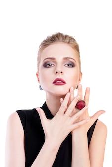 Retrato de mujer de belleza. chica hermosa modelo con piel limpia fresca perfecta y maquillaje profesional de noche oscura con joyas de moda. mujer rubia mostrando manicura ideal