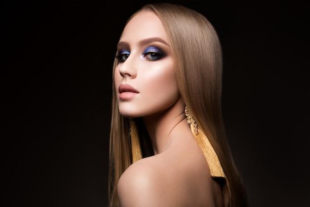 Retrato de mujer de belleza con maquillaje vivo