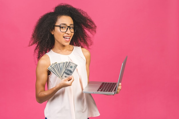 Retrato de mujer con billetes y portátil