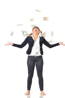 Retrato de mujer blanca caucásica exultante celebra el éxito bajo la lluvia de dinero cayendo billetes de un dólar
