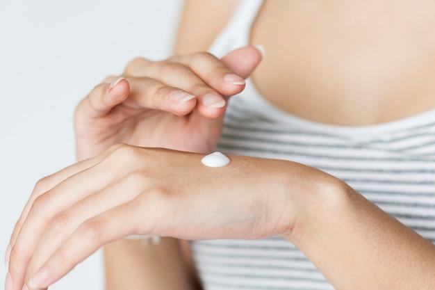 Retrato de mujer blanca haciendo su rutina diaria de cuidado de la piel