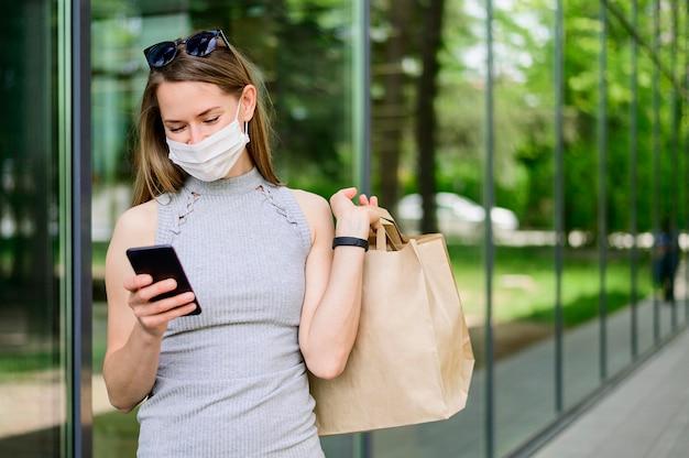 Retrato de mujer con bolsa de compras