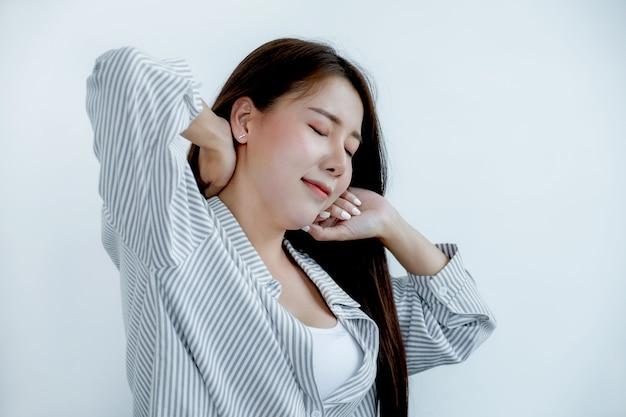 Retrato de mujer bonita de asia cabello oscuro, ojos cerrados, sonrisa en camisa casual.