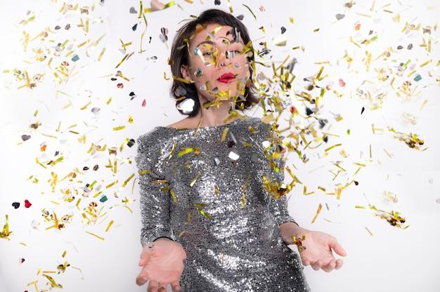Retrato de mujer bonita celebrando