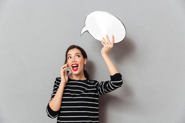 Retrato de una mujer bonita con globo de discurso en blanco