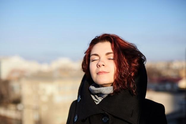 Retrato de mujer bonita en ropa de abrigo al aire libre
