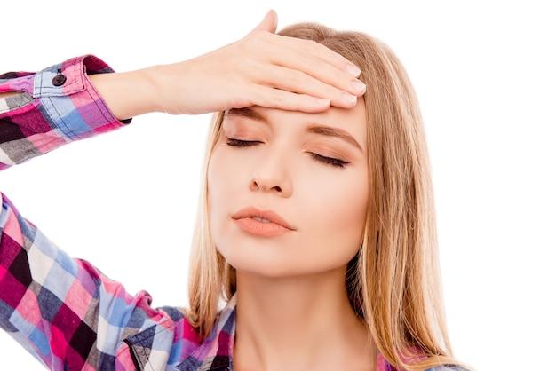 Retrato de mujer bonita rubia con dolor de cabeza tocando la cabeza