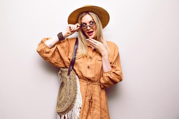 Retrato de mujer bonita rubia con sombrero de paja y traje boho de cerca