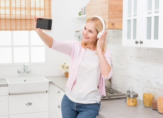 Retrato de mujer bonita tomando un selfie