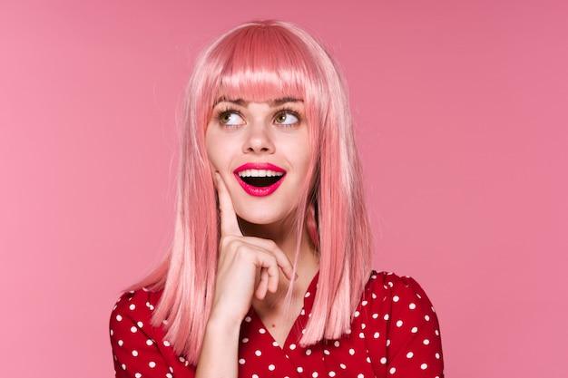 Retrato de mujer cabello rosado, accesorios
