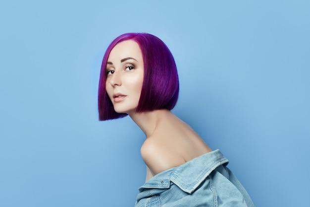 Retrato de mujer con cabello volador color brillante