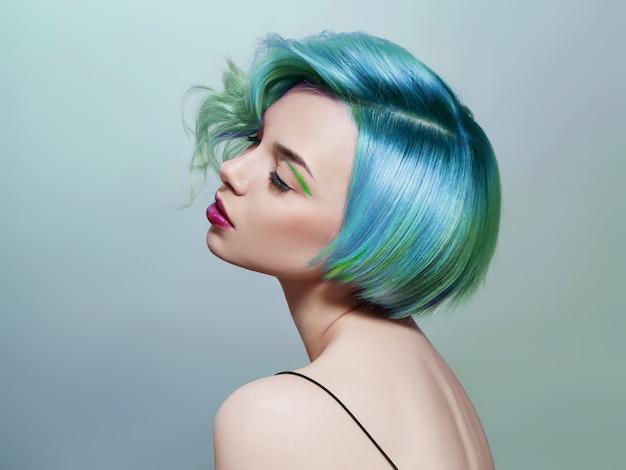 Retrato de una mujer con cabello volador de colores brillantes