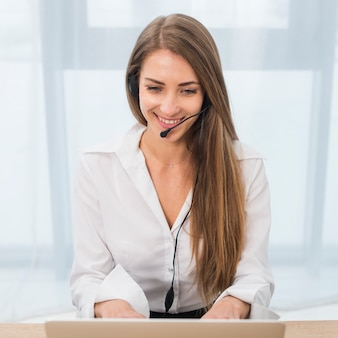 Retrato de mujer de call center