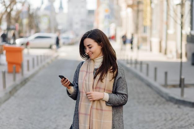Retrato de mujer caminando en la calle