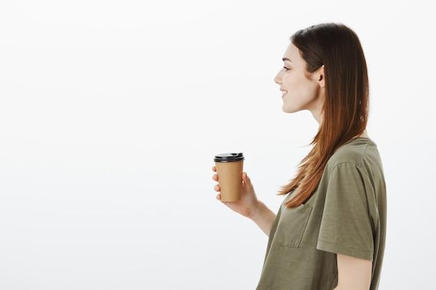 Retrato de una mujer con una camiseta verde oscuro