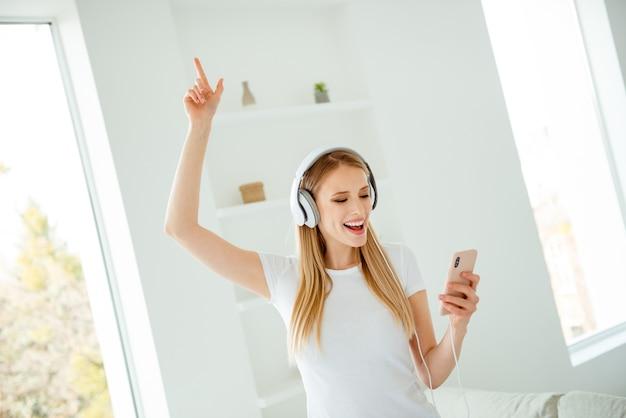 Retrato de mujer en casa escuchando música