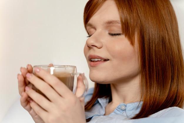 Retrato de mujer en casa tomando café