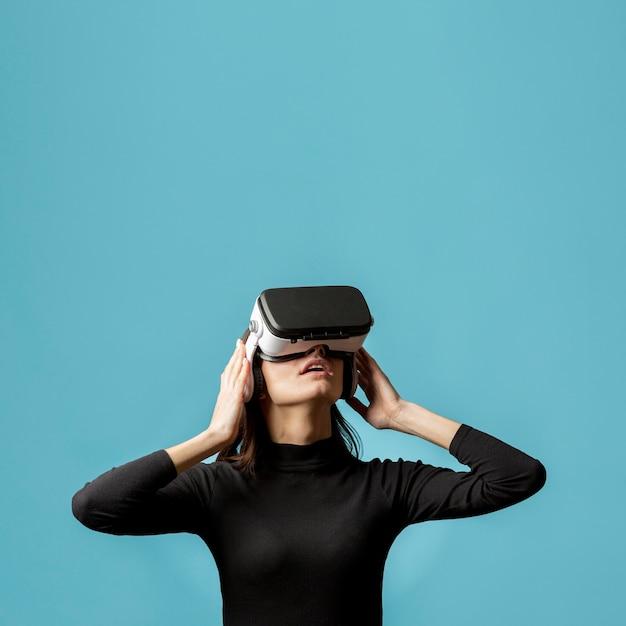 Retrato de mujer con casco de realidad virtual