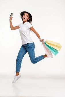Retrato de una mujer casual feliz saltando
