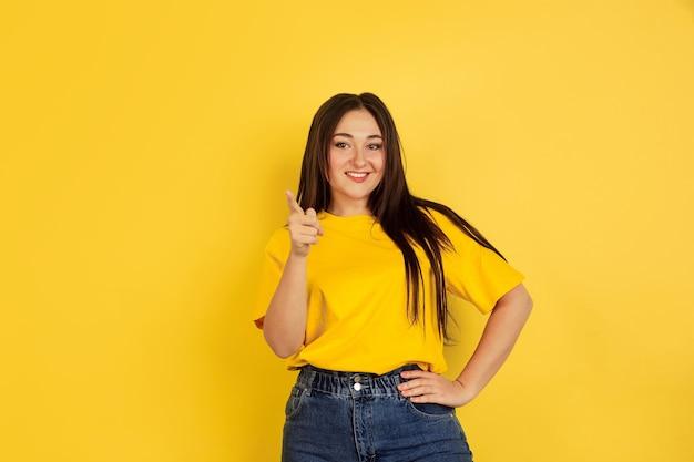 Retrato de mujer caucásica aislado en la pared amarilla