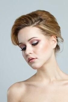 Retrato de una mujer caucásica cabelluda marrón hermosa joven