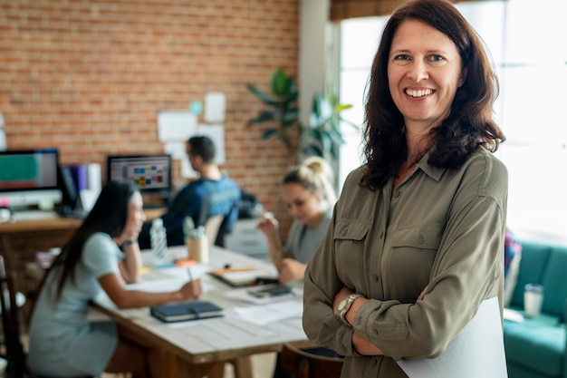 Retrato de mujer caucásica en la oficina