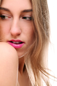 Retrato de mujer caucásica rubia aislada en tiro blanco, labios rosados