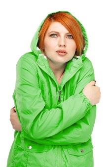 Retrato de una mujer en una chaqueta con un temblor de frío aislado