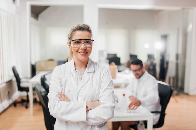 Retrato de mujer científica en gafas protectoras.