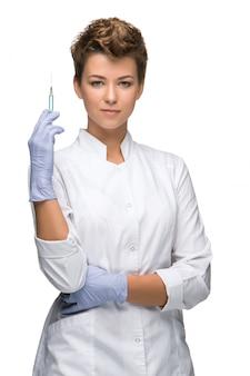 Retrato de mujer cirujano mostrando jeringa