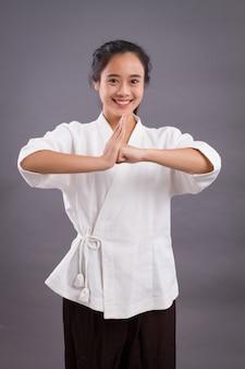 Retrato de mujer combatiente; mujer asiática practicando artes marciales chinas