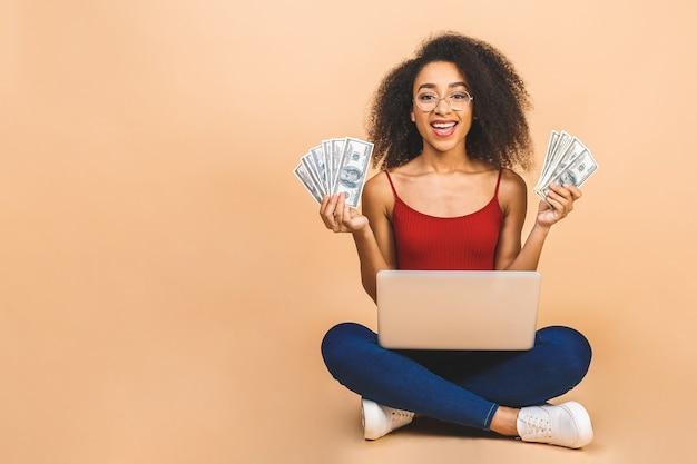 Retrato, mujer, con, computador portatil, y, billetes