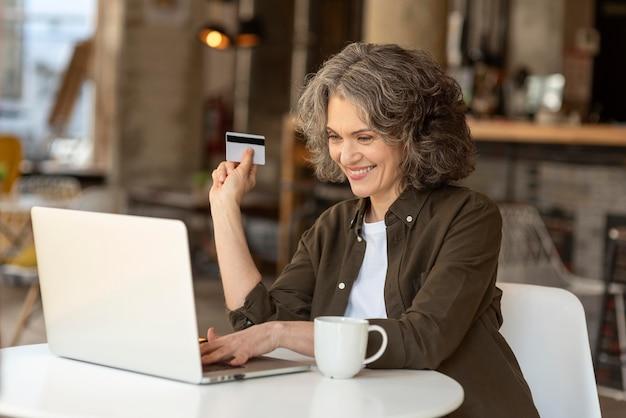 Retrato, mujer, con, computador portatil, trabajando Foto gratis