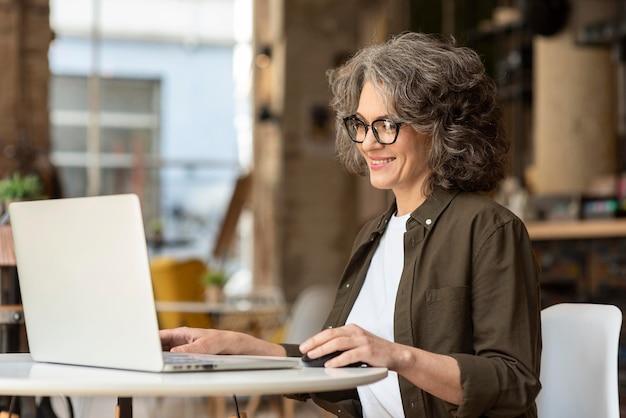 Retrato, mujer, con, computador portatil, trabajando