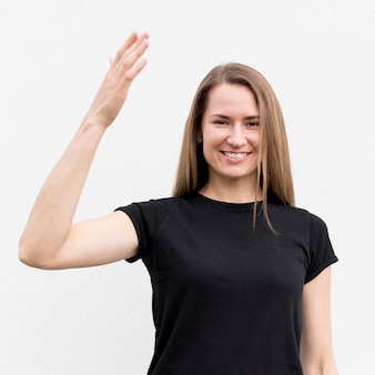 Retrato de mujer comunicarse a través del lenguaje de señas