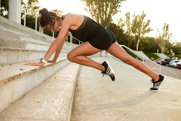 Retrato de una mujer concentrada fitness en auriculares