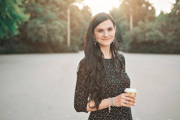 Retrato de mujer con copa en mano