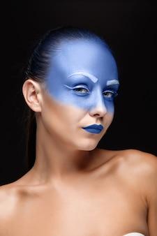 Retrato de una mujer cubierta con pintura azul