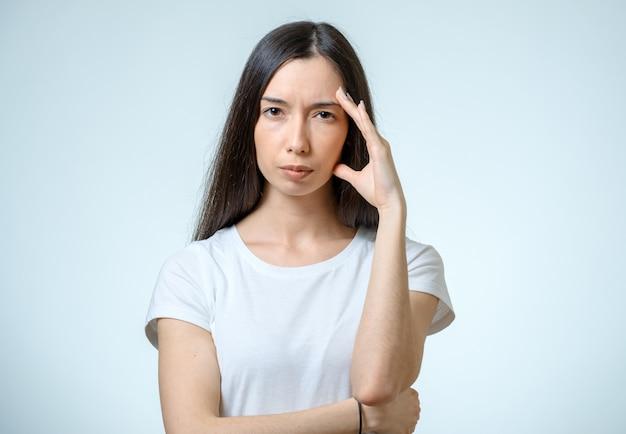 Retrato de mujer deprimida tocando su cabeza