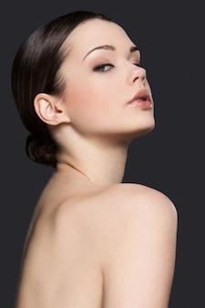 Retrato de mujer desnuda por concepto de cuidado de la piel