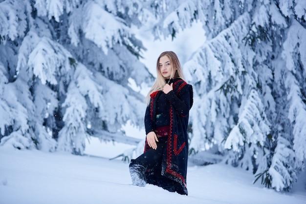 Retrato de mujer en día de invierno sobre fondo de paisaje nevado