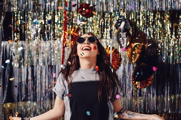 Retrato mujer disfrutando fiesta y confeti