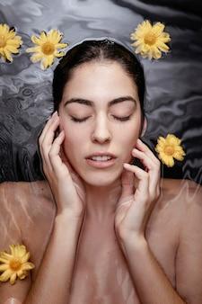 Retrato de mujer disfrutando de tratamientos de belleza